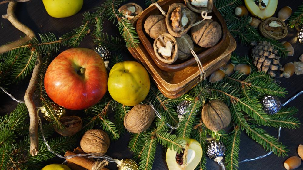 Misztikus karácsonyi gyógynövényeink: mi a dió, a fagyöngy és a fenyő titka?